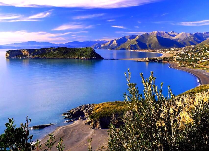 Soukromý ostrov Dino, napravo Praia a Mare