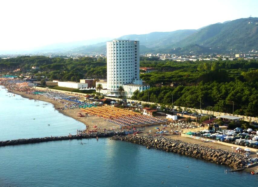 Marina di Massa, pláž a Torre Fiat