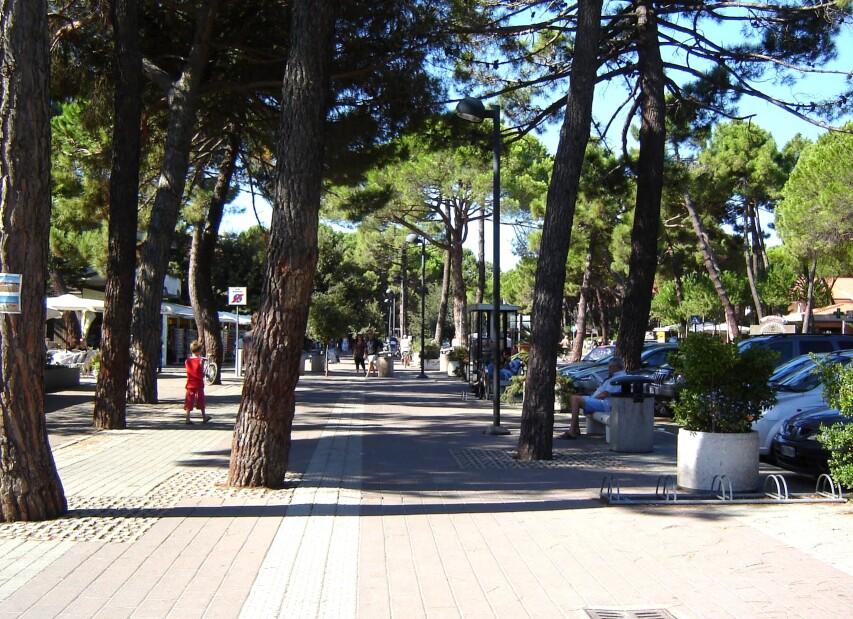 Principina a Mare, Via Tirreno, hlavní třída v letovisku