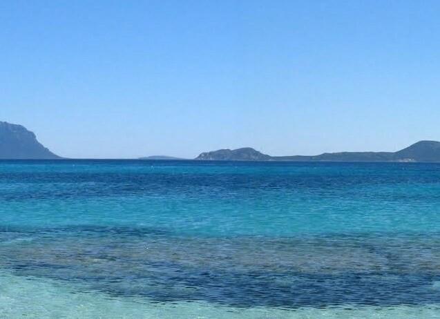 Golfo di Marinella, vlevo výhled na ostro Tavolara