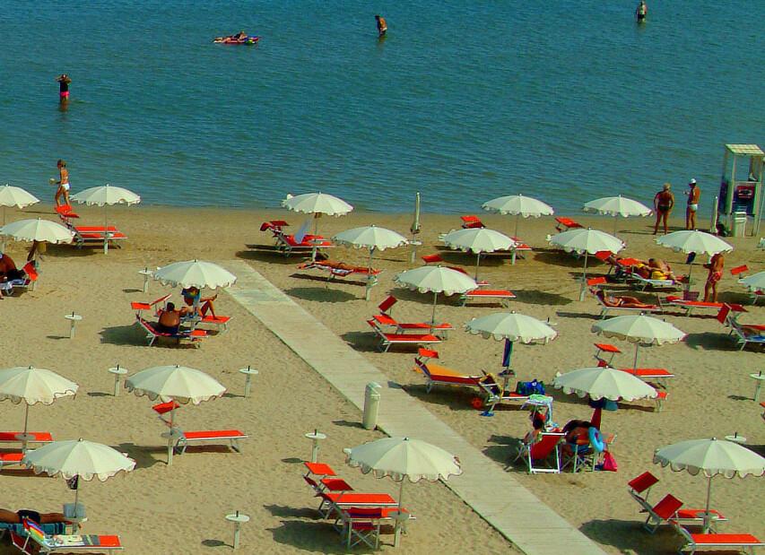 Rimini Viserba, písečná pláž a velmi mělké moře