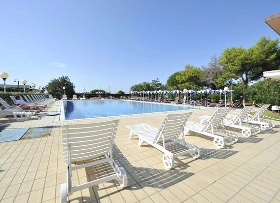 Hotel Danieli*** - klienti mohou využívat tento bazén u nedalekého hotelu Palace****