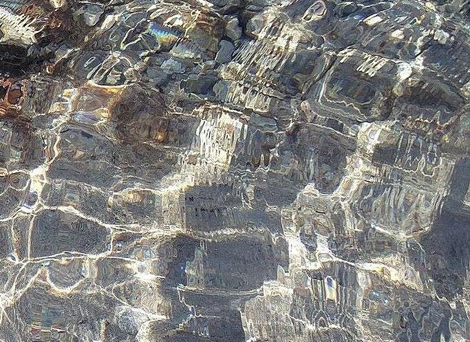 San Felice Circeo, v průzračné vodě je písek s občasnými kamínky