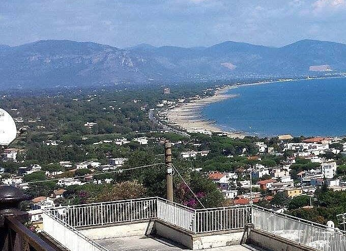 San Felice Circeo, pohled na celý záliv, v dálce Terracina