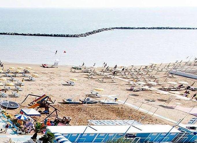 Rimini Viserbella, před písčitou pláží jsou kamenné bariéry proti silným vlnám