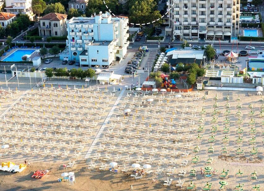 Rimini Viserbella, krásný pohled na pláž a promenádu
