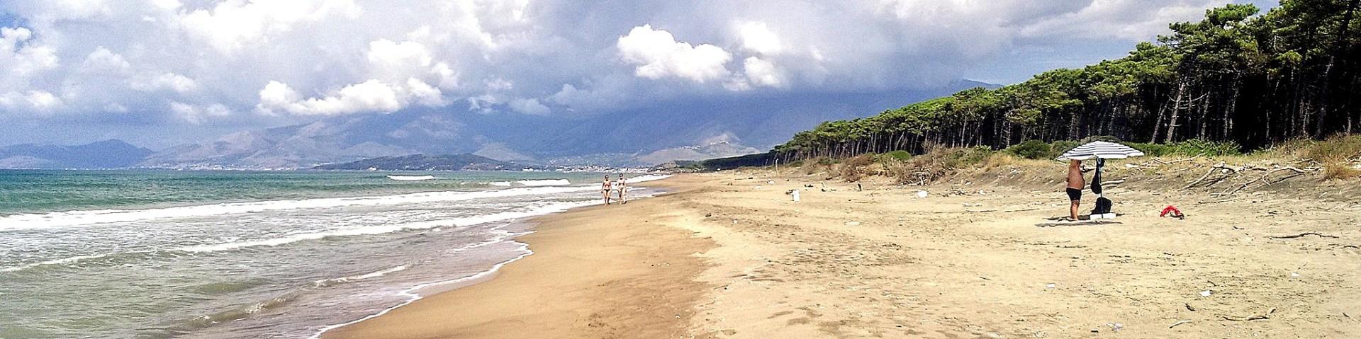 Baia Domizia, spoustu volných pláží na kraji letoviska
