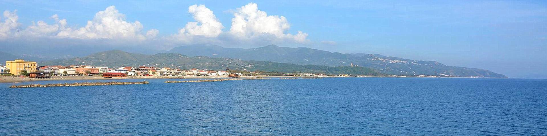 Marina di Casal Velino, pohled celý záliv, v pozadí Velia a Marina di Ascea