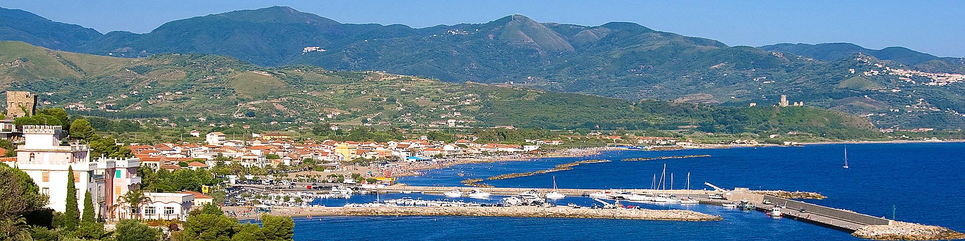 Marina di Casal Velino, pohled na turistický přístav a městskou pláž
