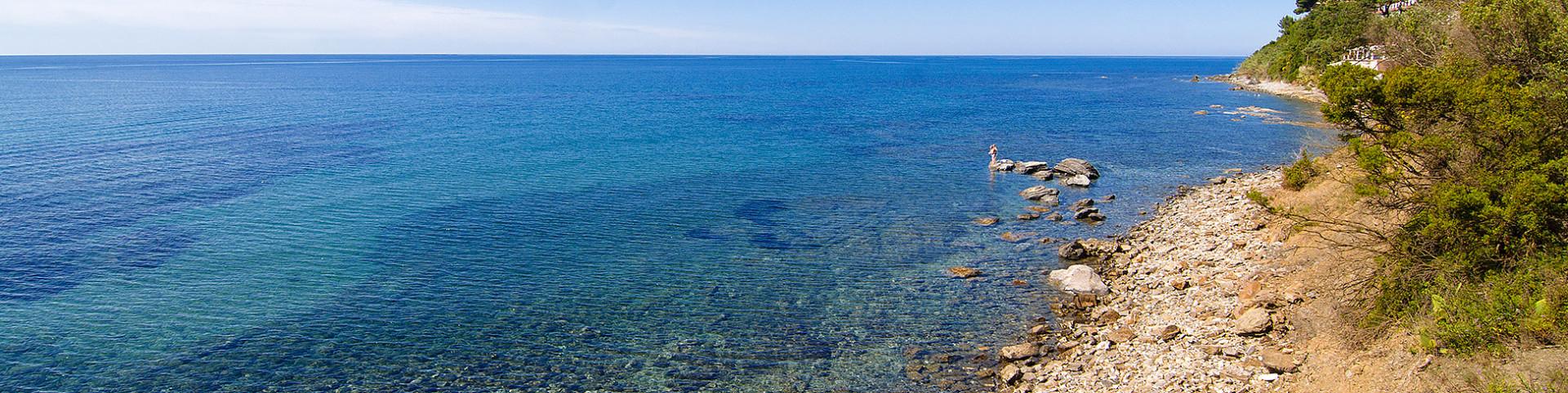 Marina di Casal Velino, v okolí je různý typ pláží, ne jen písčité