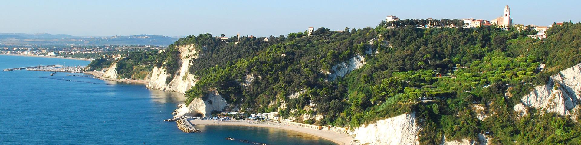 Sirolo je vpravo nahoře, pod ním jsou vyhlášené pláže, v pozadí Porto Recanati
