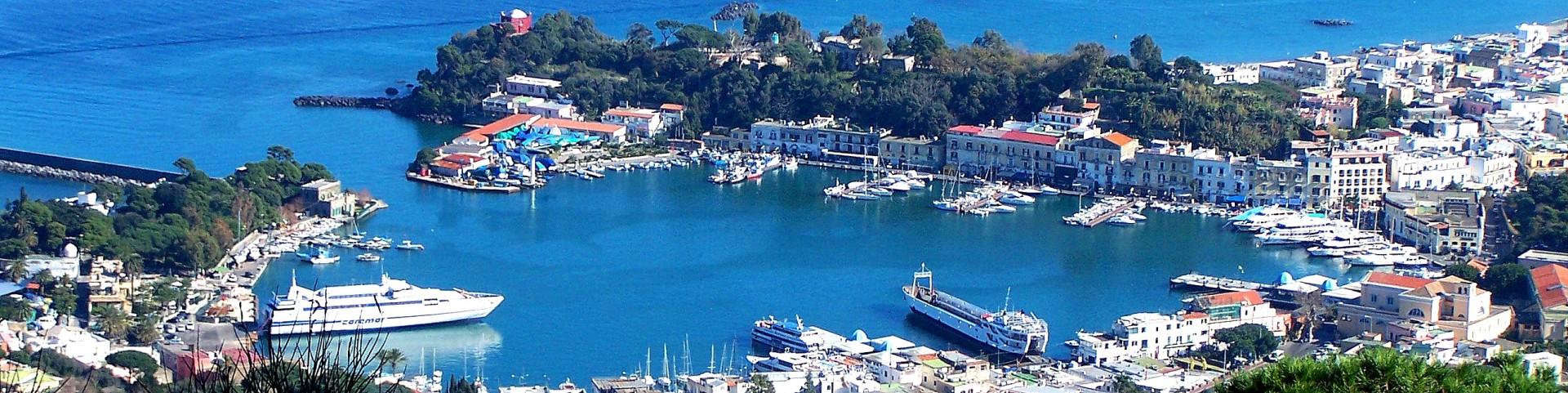 Ischia, přístav, kam zajíždí trajekty