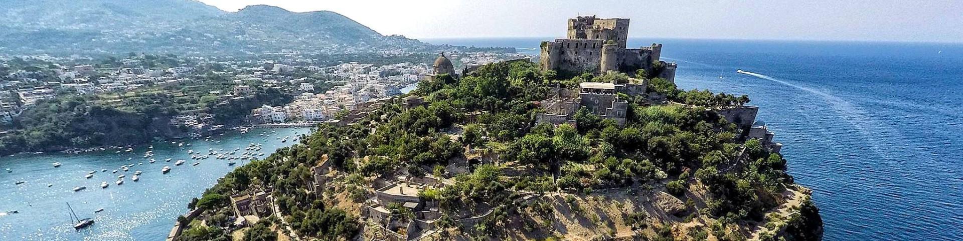 Ischia a v popředí Aragonský hrad (autor: Luigi Conte)