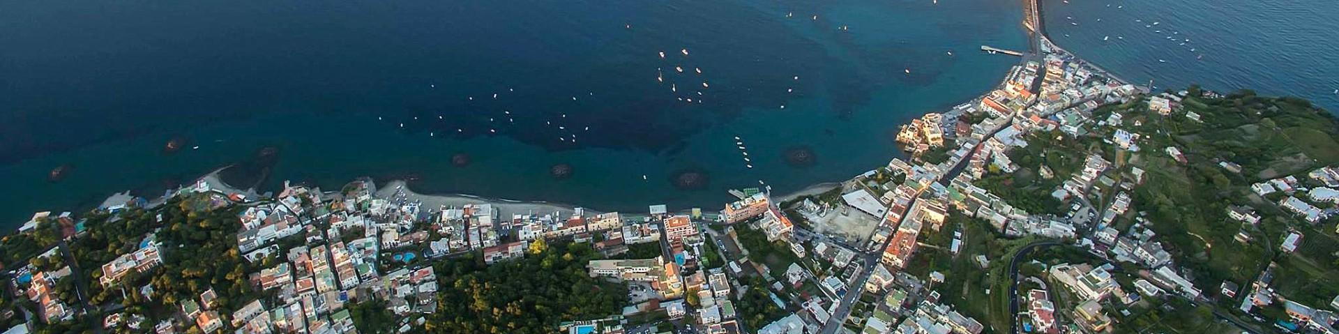 Ischia, pohled na některé městské pláže (autor: Luigi Conte)