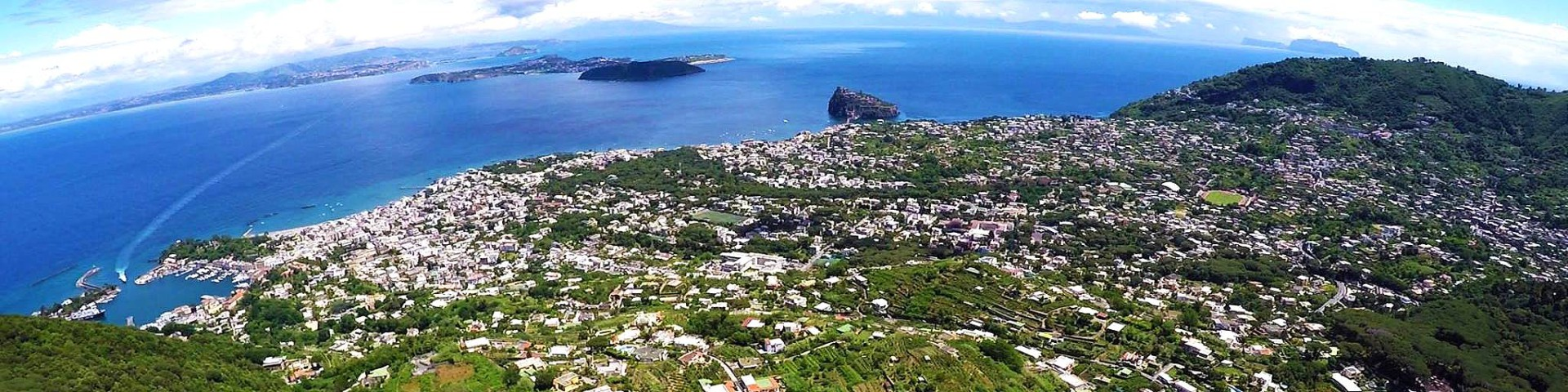Ischia, naproti ostrov Procida a vpravo vzadu ostrov Capri (autor: Luigi Conte)