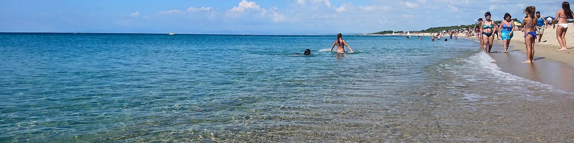Marinella di Cutro, vstup do moře je pozvolný, písčitý