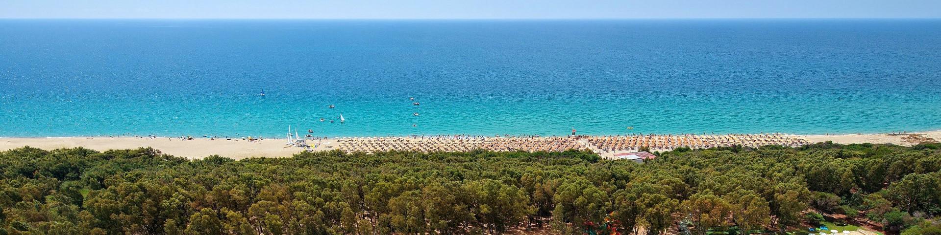 Marinella di Cutro, pláže jsou lemovány lesíky (zákonem chráněné)