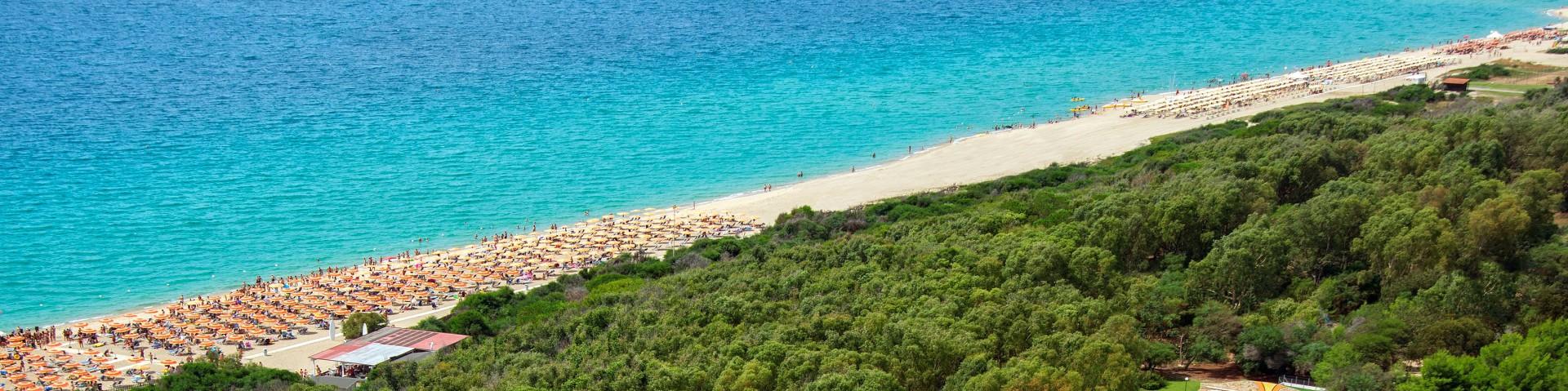 Marinella di Cutro, na plážích se střídají jak sekce se slunečníky, tak i volné úseky
