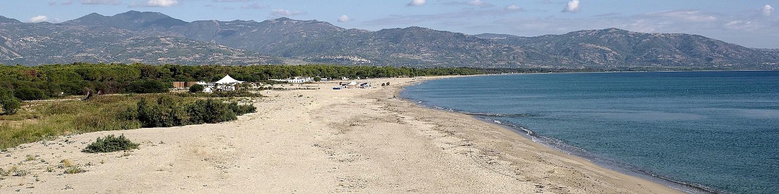 Marina di Sibari, pláže jsou po celé délce široké  písčité