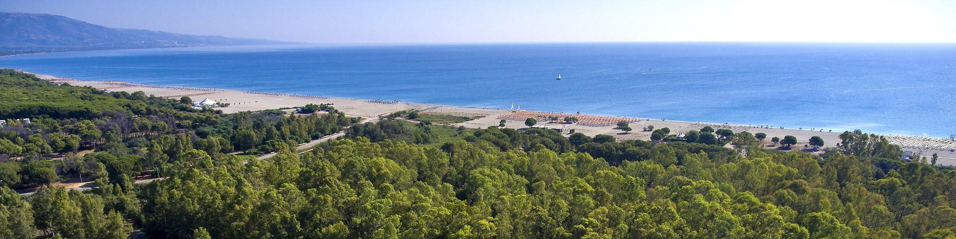 Marina di Sibari, celkový pohled na široký záliv