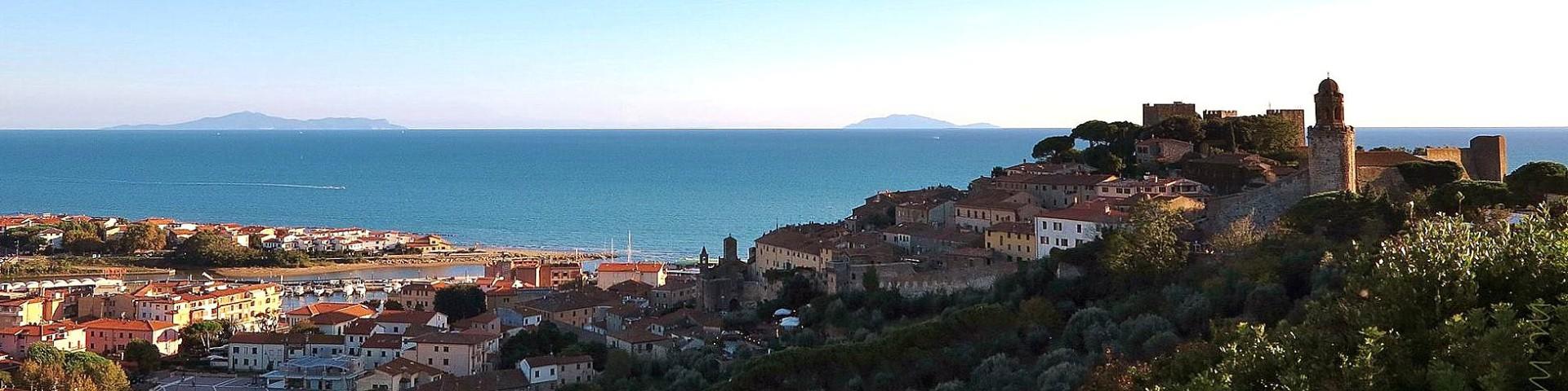 Castiglione della Pescaia, na obzoru nalevo ostrov Giglio, napravo Montechristo