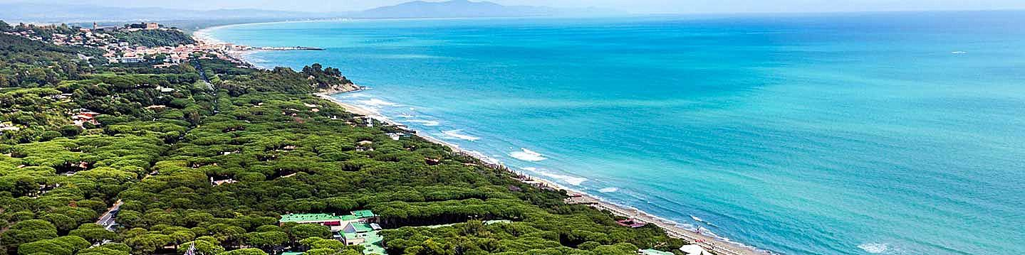 Celý záliv u Castiglione della Pescaia, vzadu lehce vidět Marina di Grosseto