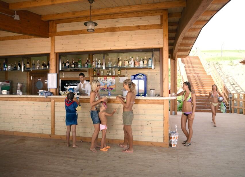 2-serenusa - beach bar.jpg