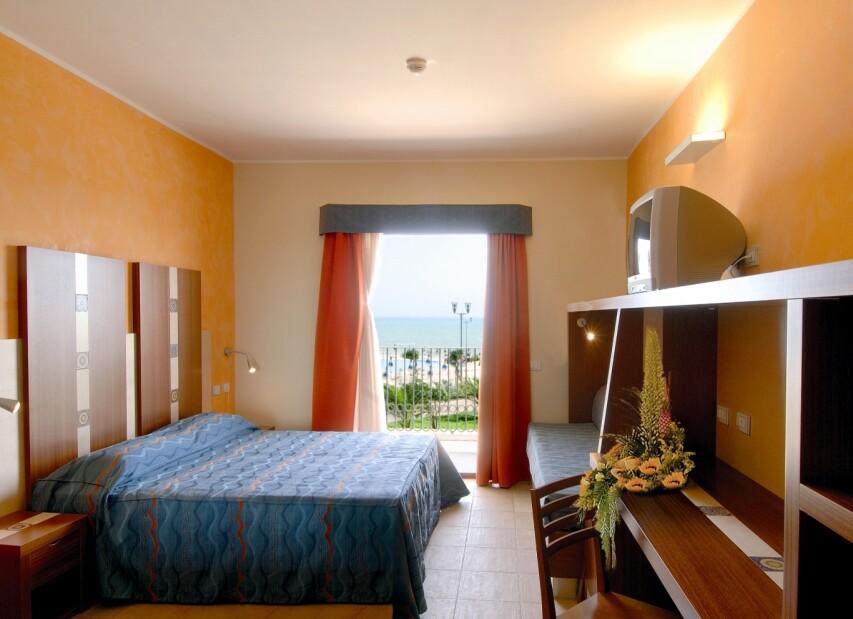2-serenusa - sea view room.jpg