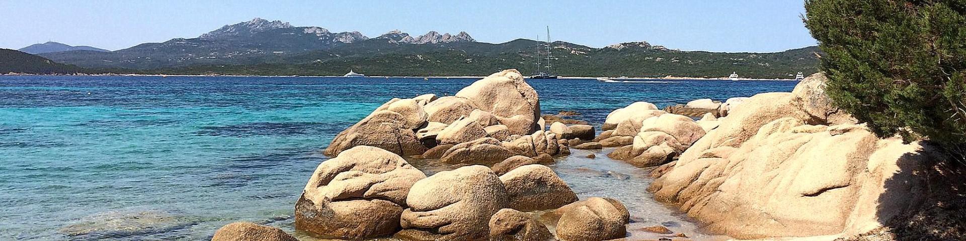 Pobřeží Cannigione z pohledu turisty
