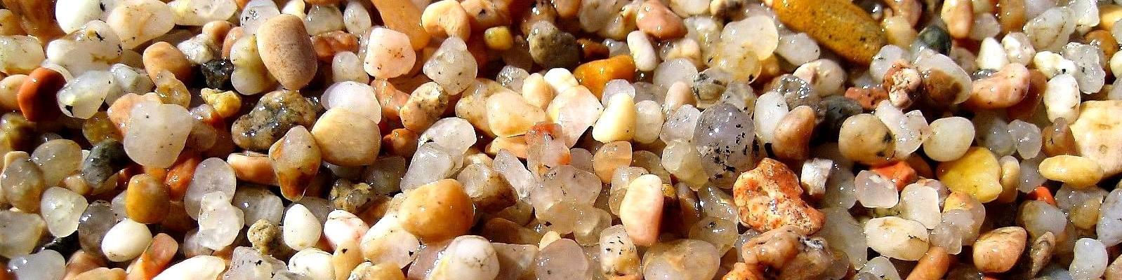 Vignola Mare, kromě písčitých pláží jsou zde i kamínkové