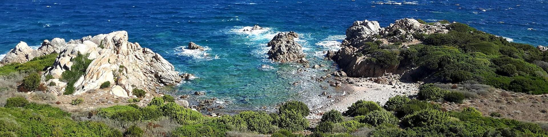 Vignola Mare, divočejší část pobřeží pod věží