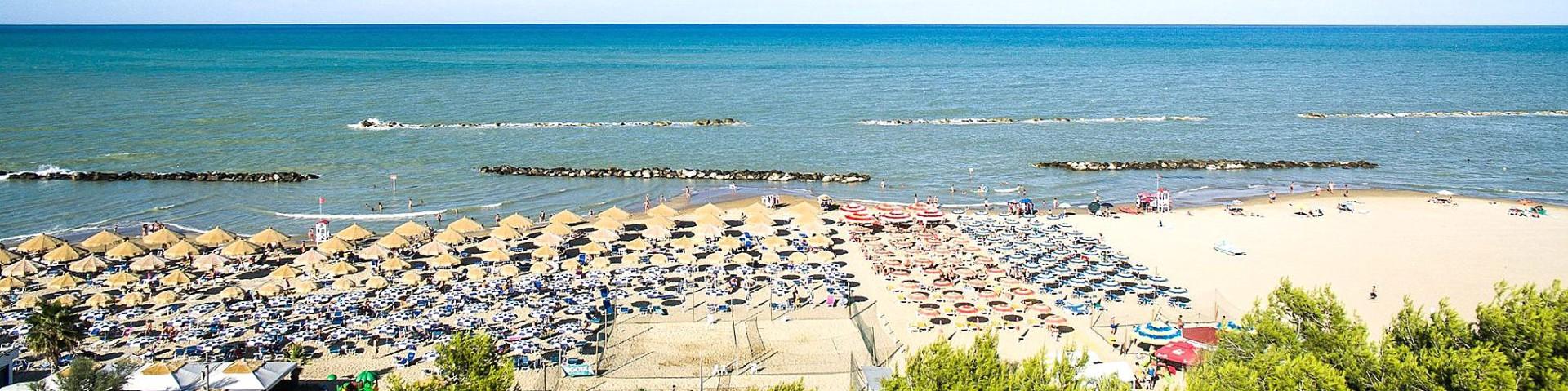 Montesilvano Marina, pláže jsou tu písčité a převážně s plážovým servisem