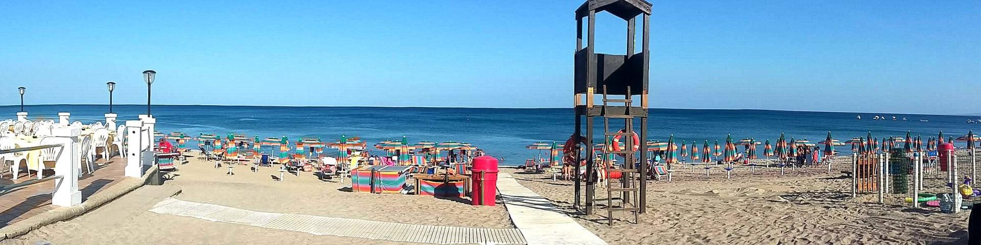 Squillace Lido, na pláži najdete i hezkou restauraci (část vlevo)