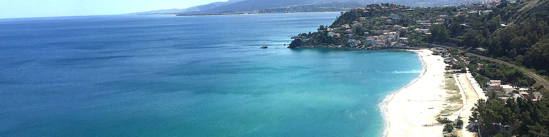 Squillace Lido, celkový pohled, v dálce pak záliv, kde je Montepaone Lido
