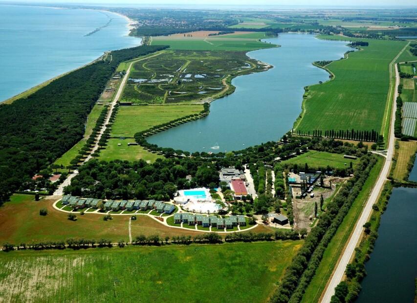 Moře, obrovský pozemek a soukromé jezero
