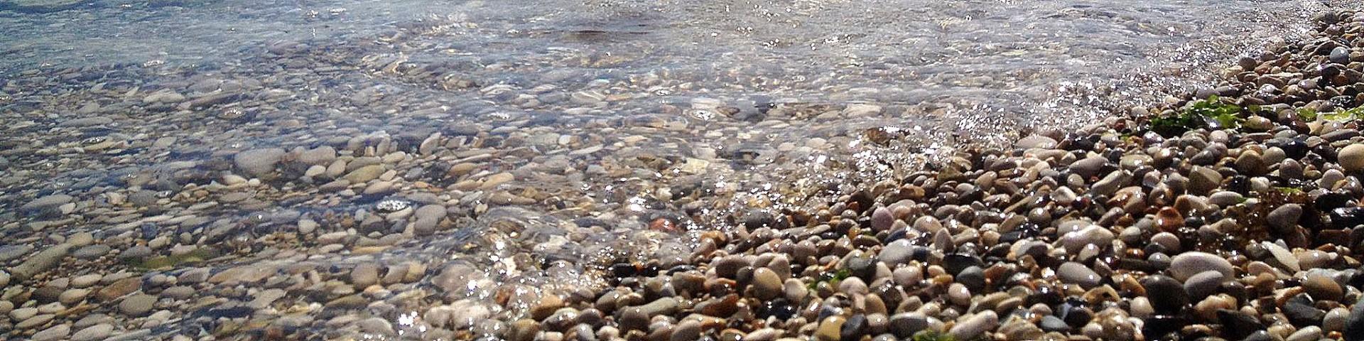 Pedaso, část oblázkové pláže s mírným vstupem do moře