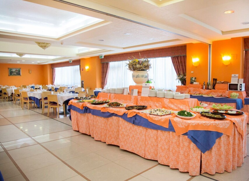 VPH_Ristorante_sala con buffet_2015 (2).jpg