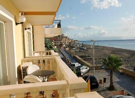 s balkonem a výhledem na moře