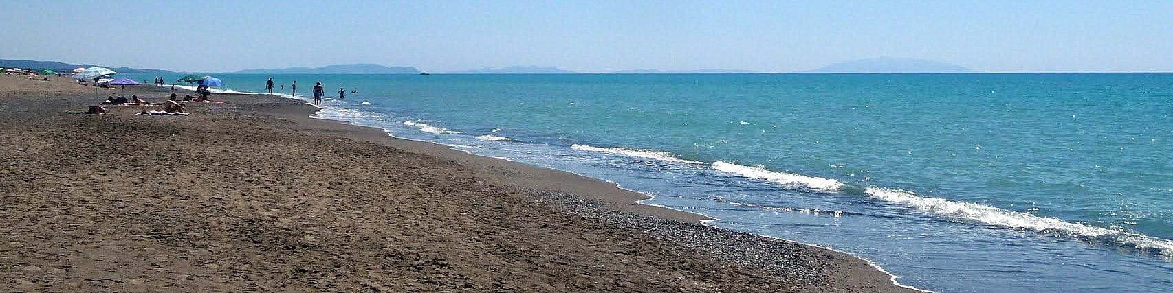 Marina di Bibbona, z pláže jsou vidět i obrysy ostrova Elba