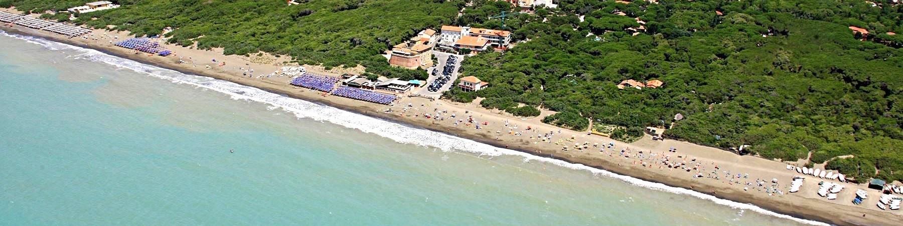 Marina di Bibbona, pláž u bývalé pevnosti Forte di Marina (uprostřed)