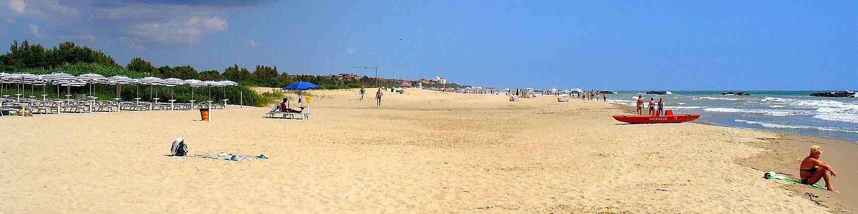 Pláž mezi centrem Martinsicuro a jeho menší částí Villa Rosa