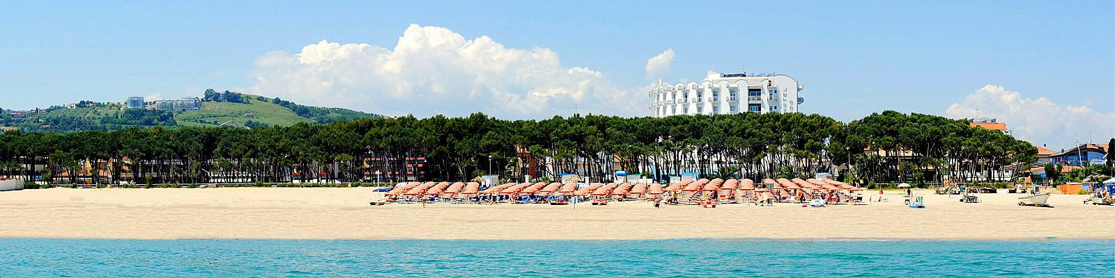 Alba Adriatica, vyhlášená písečná pláž s lesíkem podél promenády