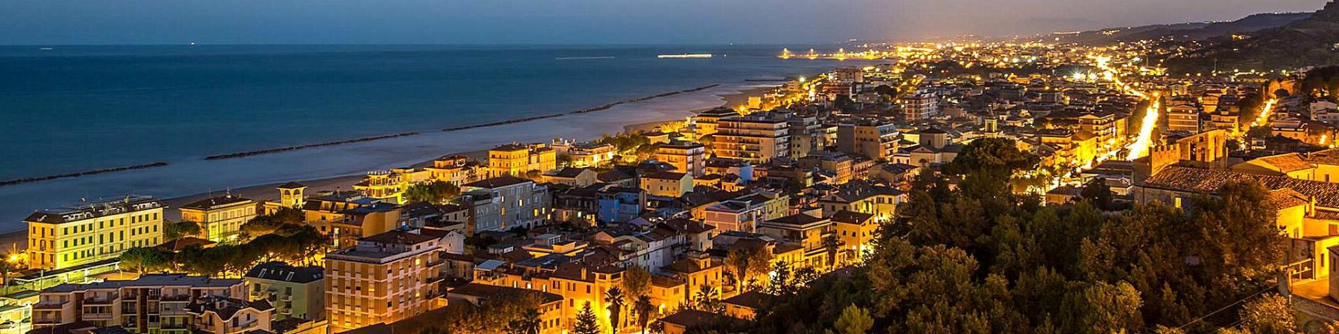 """Grottammare """"by night"""", v pozadí je už vidět San Benedetto"""