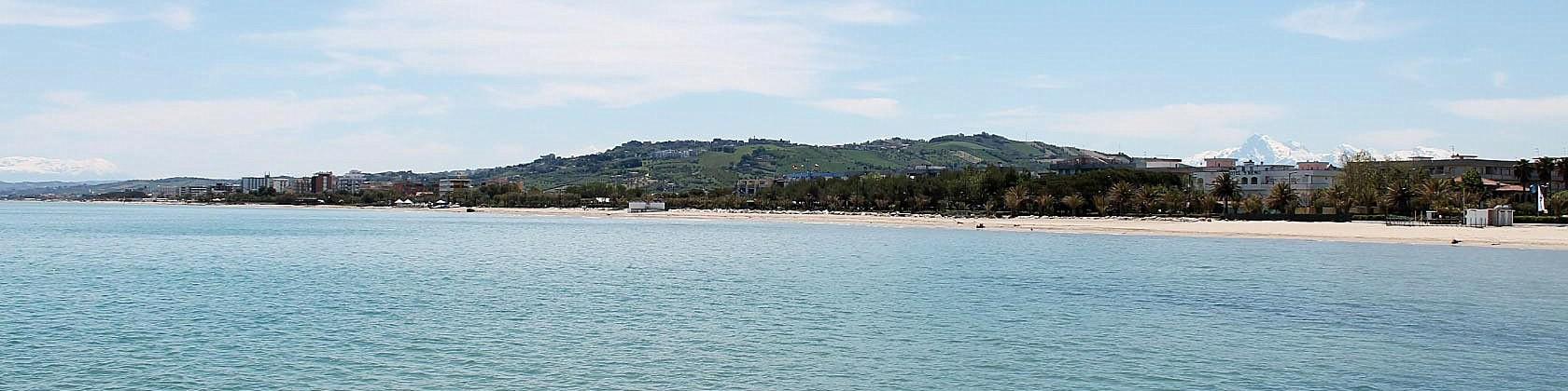 Pláž za částí Villa Rosa směrem k Alba Adriatica