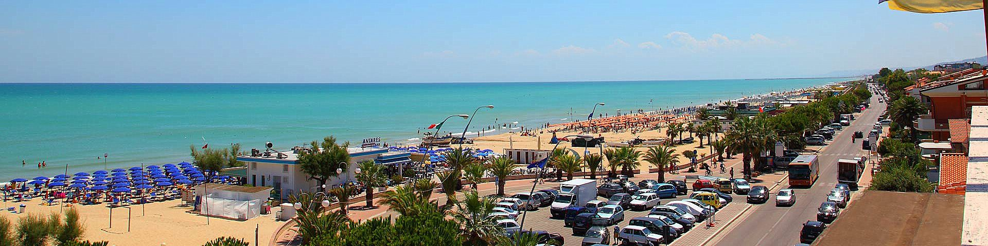Tortoreto Lido, pláž a promenáda v centru