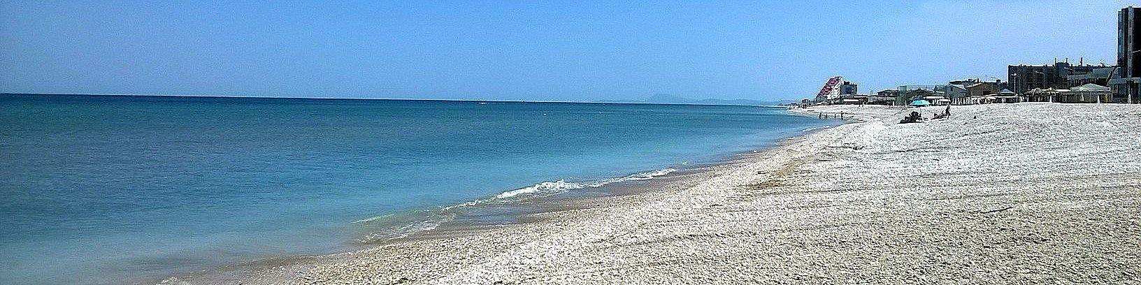 Marotta, pláž je místy oblázková, v části letoviska i písčitá