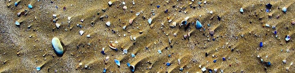 Pesaro, pláž je tvořena jemným pískem s kamínky, malými oblázky a částmi škeblí