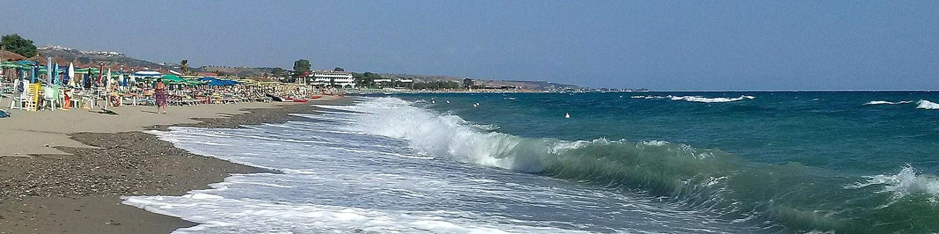 Marina di Mandatoriccio, pláž je střídavě písčitá a oblázková