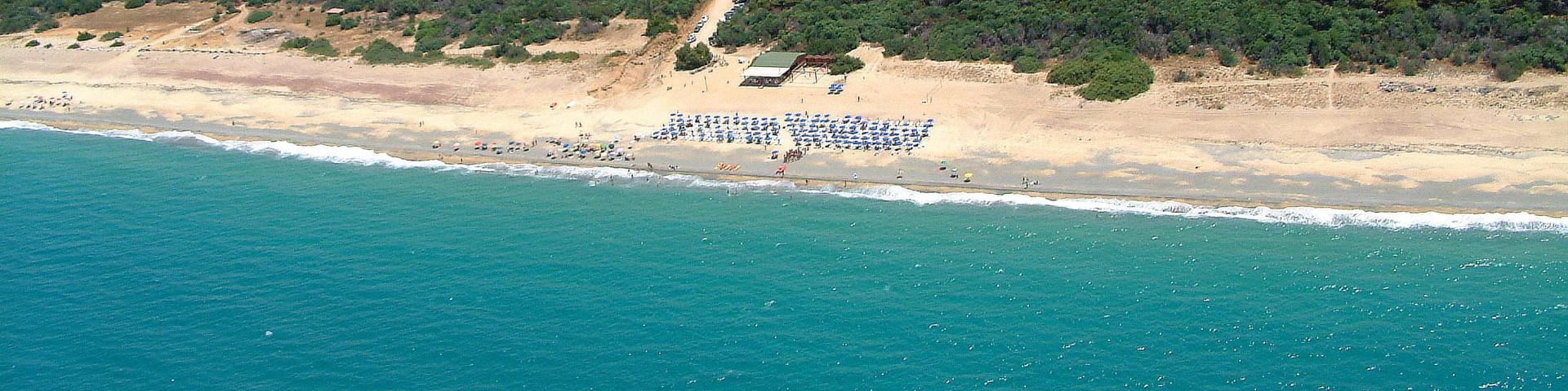 Pizzo Calabro, podél pláže je vždy pás lesíku