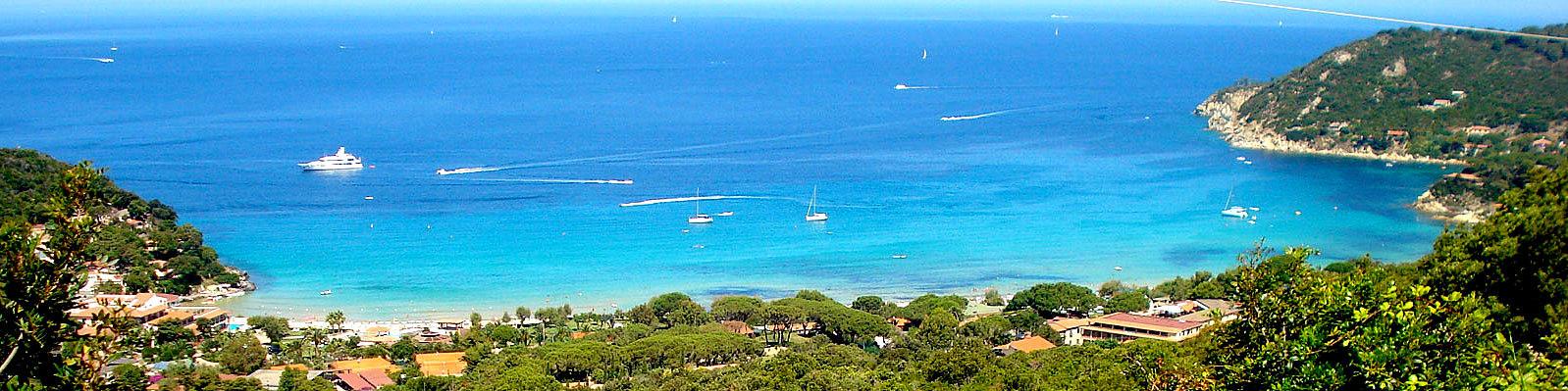 Záliv Biodola, v centru pláž La Biodola, vpravo pláž Scaglieri, za ní pláž Forno